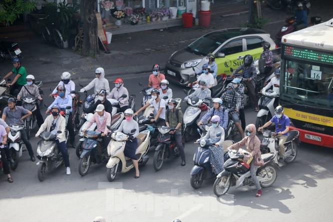 Người dân Hà Nội khổ sở ra đường trong ngày đầu đợt cao điểm nắng nóng - ảnh 13