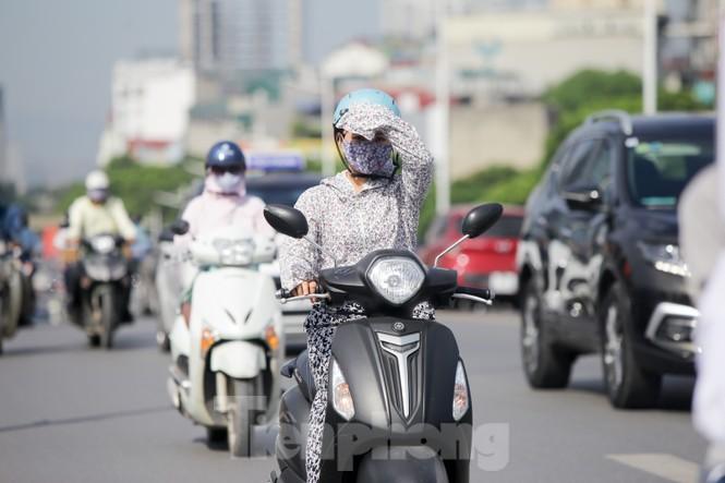 Người dân Hà Nội khổ sở ra đường trong ngày đầu đợt cao điểm nắng nóng - ảnh 14
