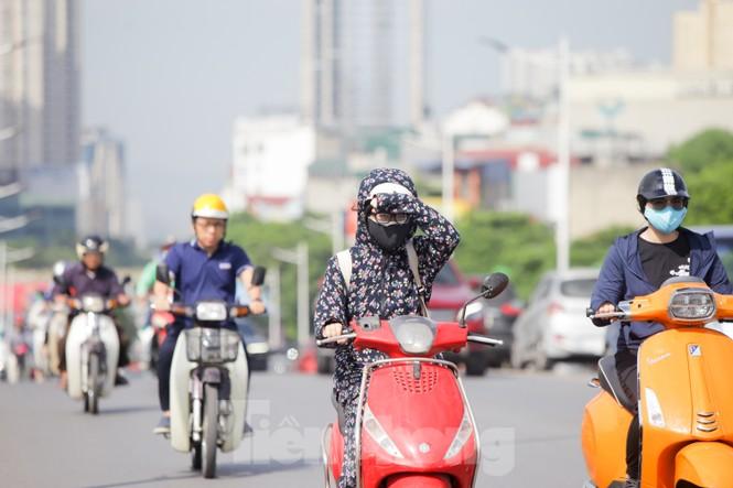 Người dân Hà Nội khổ sở ra đường trong ngày đầu đợt cao điểm nắng nóng - ảnh 4
