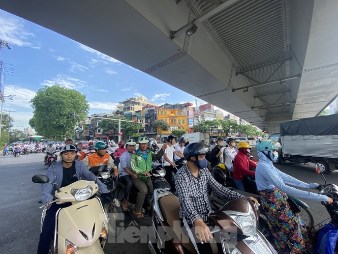 Người dân Hà Nội khổ sở ra đường trong ngày đầu đợt cao điểm nắng nóng - ảnh 9
