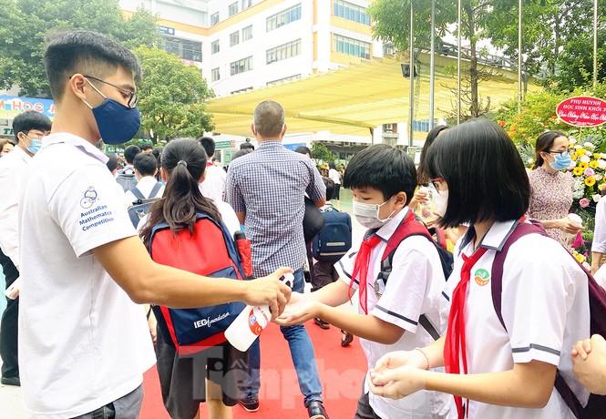 Học sinh Hà Nội tựu trường sau kỳ nghỉ hè 'đặc biệt' - ảnh 2