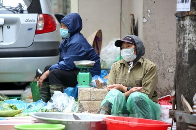 Người Hà Nội vất vả mưu sinh trong giá lạnh đầu đông - ảnh 1