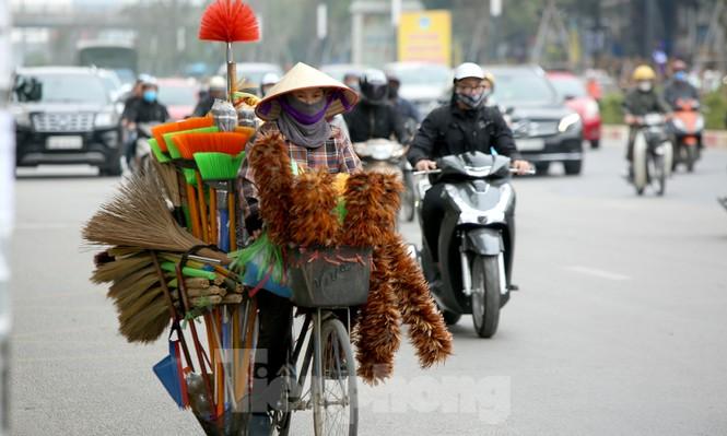 Người Hà Nội vất vả mưu sinh trong giá lạnh đầu đông - ảnh 8