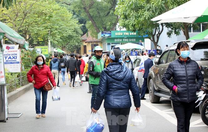 Các bệnh viện Hà Nội siết chặt, 'làm nghiêm' để chống dịch COVID-19  - ảnh 4