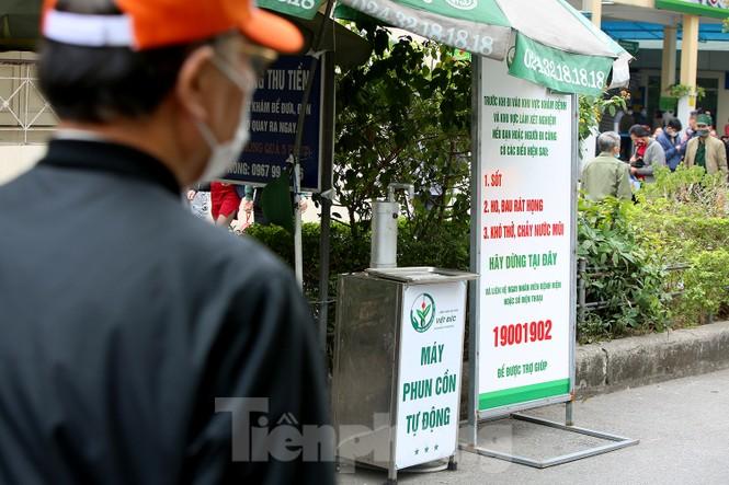Các bệnh viện Hà Nội siết chặt, 'làm nghiêm' để chống dịch COVID-19  - ảnh 6