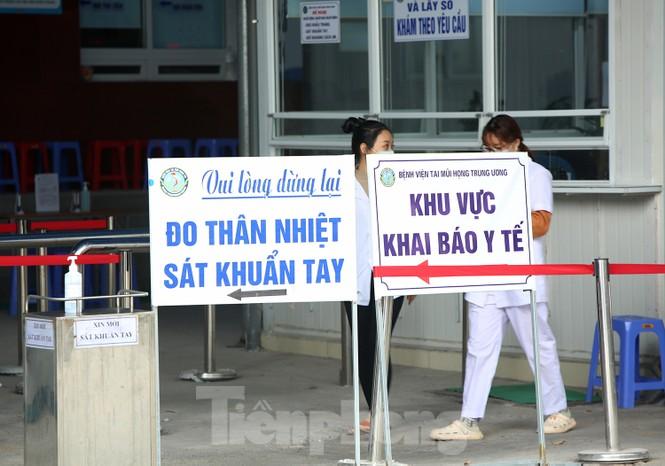 Các bệnh viện Hà Nội siết chặt, 'làm nghiêm' để chống dịch COVID-19  - ảnh 10