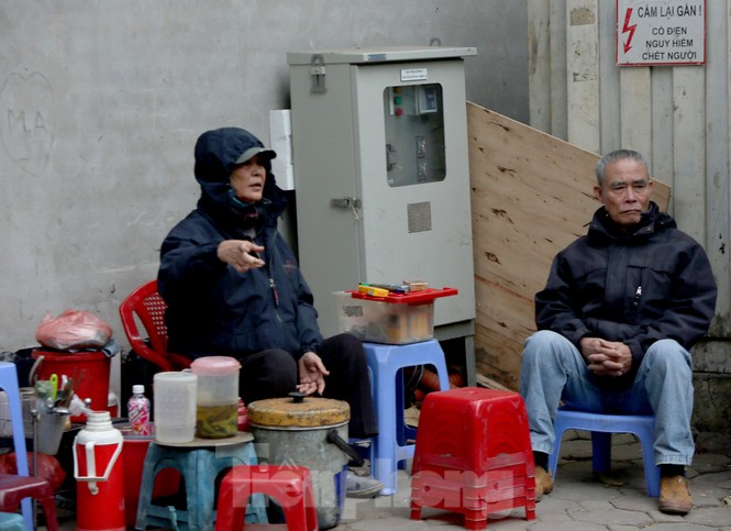 Người lao động ở Hà Nội mưu sinh trong đợt rét mạnh nhất từ đầu mùa đông - ảnh 3