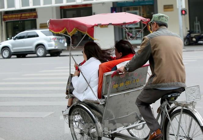Người lao động ở Hà Nội mưu sinh trong đợt rét mạnh nhất từ đầu mùa đông - ảnh 7
