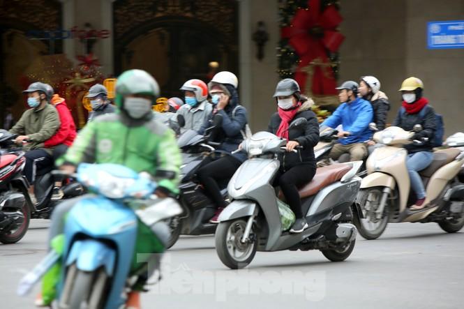 Người lao động ở Hà Nội mưu sinh trong đợt rét mạnh nhất từ đầu mùa đông - ảnh 1