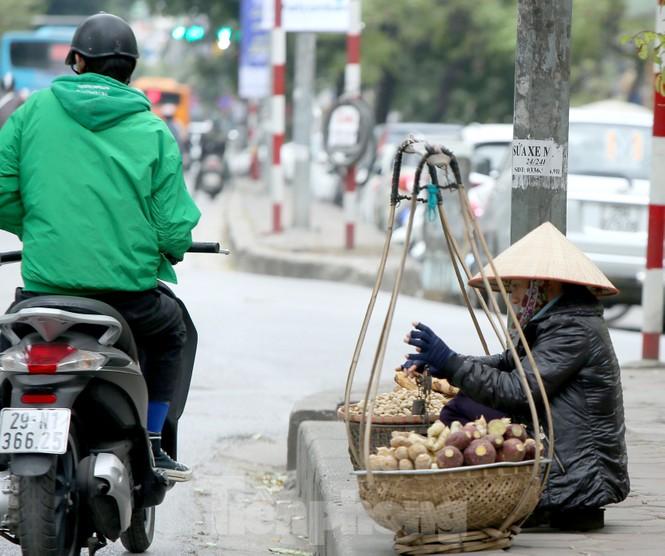 Người lao động ở Hà Nội mưu sinh trong đợt rét mạnh nhất từ đầu mùa đông - ảnh 10