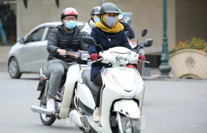 Người lao động ở Hà Nội mưu sinh trong đợt rét mạnh nhất từ đầu mùa đông - ảnh 2