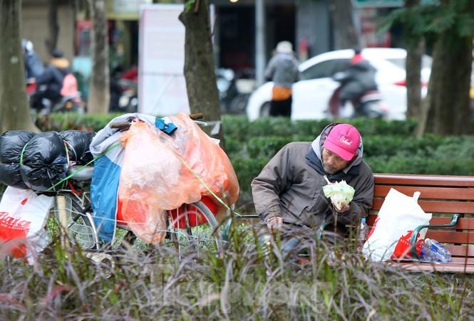 Người lao động ở Hà Nội mưu sinh trong đợt rét mạnh nhất từ đầu mùa đông - ảnh 5