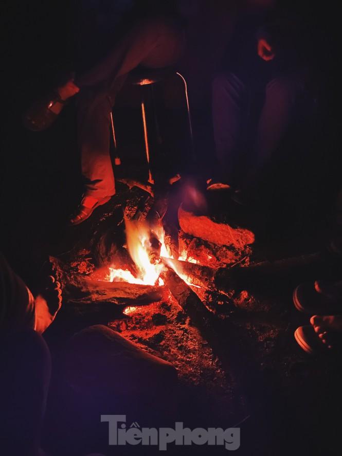 Dừng chân nhóm lửa sưởi ấm trên đường khám phá hang động,
