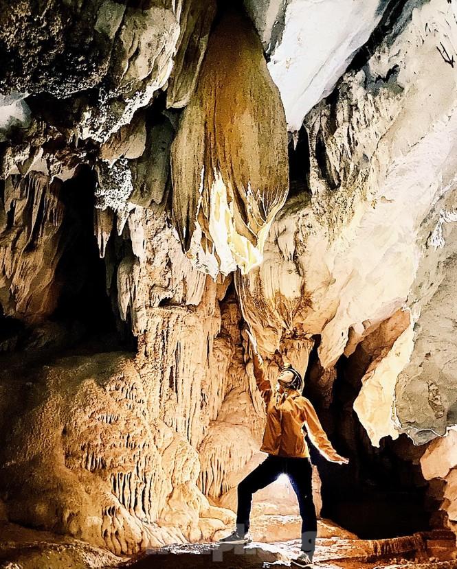 Vẻ đẹp hùng vỹ của Hang Tiên là nguồn cảm hứng sáng tác bất tận của các bạn trẻ đam mê du lịch, nhiếp ảnh.