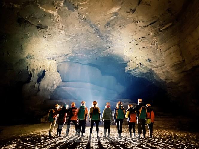 Là hang động khô lớn nhất của hệ thống hang động Tú Làn, Hang Tiên 2 có độ dài lên đến khoảng 3km và độ sâu lên đến 100m.