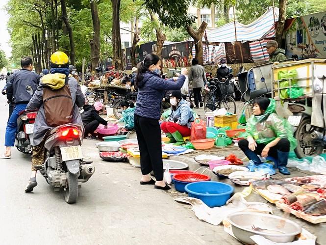 Hà Nội tái diễn 'chợ cóc' tự phát khi Tết Nguyên đán cận kề - ảnh 10