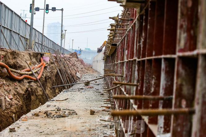 Cận cảnh thi công thay bờ đê đất bằng tường chắn, mở rộng đường Âu Cơ lên 4 làn xe - ảnh 10