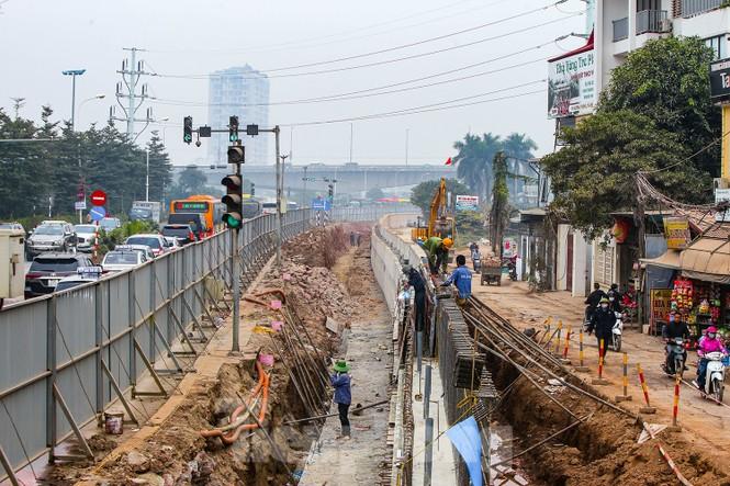 Cận cảnh thi công thay bờ đê đất bằng tường chắn, mở rộng đường Âu Cơ lên 4 làn xe - ảnh 6