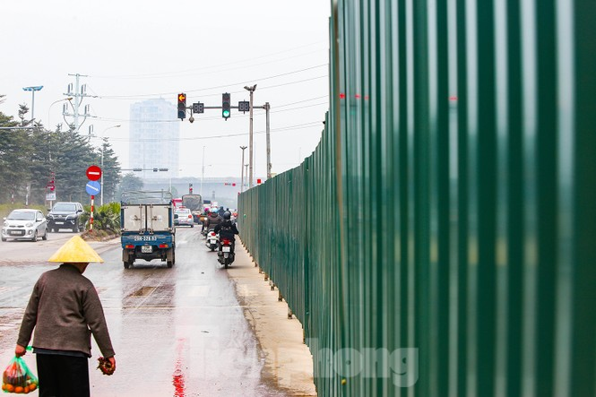 Cận cảnh thi công thay bờ đê đất bằng tường chắn, mở rộng đường Âu Cơ lên 4 làn xe - ảnh 4