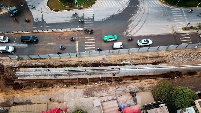 Cận cảnh thi công thay bờ đê đất bằng tường chắn, mở rộng đường Âu Cơ lên 4 làn xe - ảnh 2