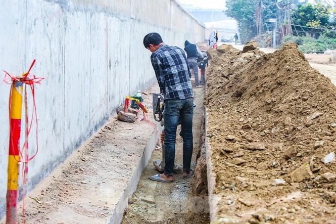 Cận cảnh thi công thay bờ đê đất bằng tường chắn, mở rộng đường Âu Cơ lên 4 làn xe - ảnh 8