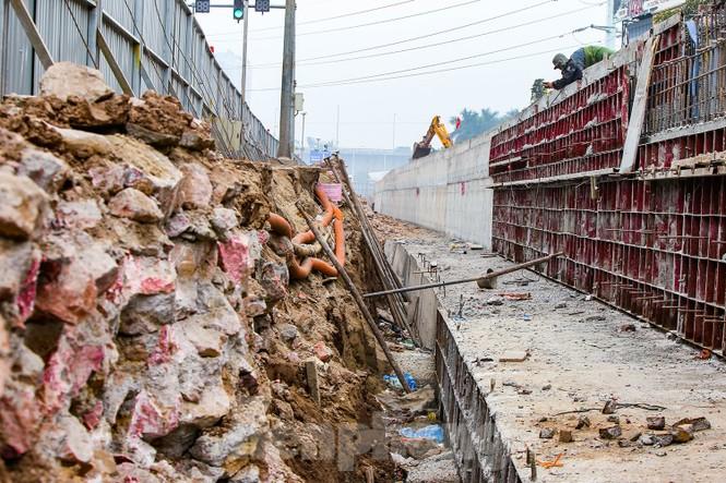 Cận cảnh thi công thay bờ đê đất bằng tường chắn, mở rộng đường Âu Cơ lên 4 làn xe - ảnh 3