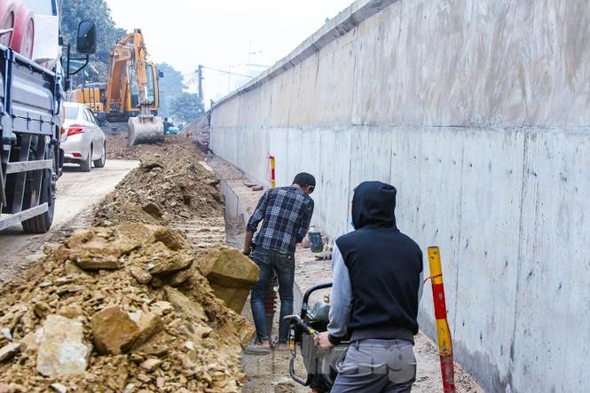 Cận cảnh thi công thay bờ đê đất bằng tường chắn, mở rộng đường Âu Cơ lên 4 làn xe - ảnh 9
