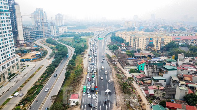 Hàng đoàn ô tô nối đuôi nhau lên cầu Thăng Long trong ngày thông cầu - ảnh 8
