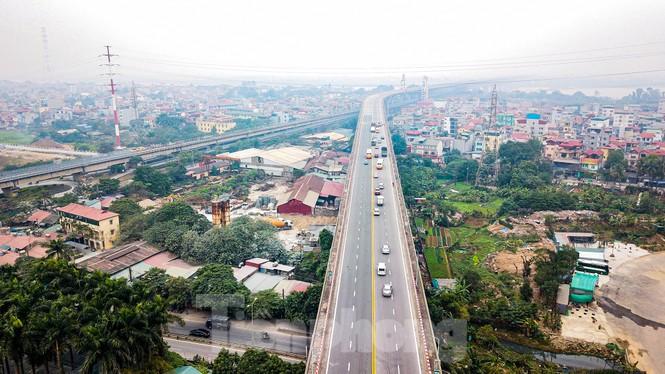 Hàng đoàn ô tô nối đuôi nhau lên cầu Thăng Long trong ngày thông cầu - ảnh 6