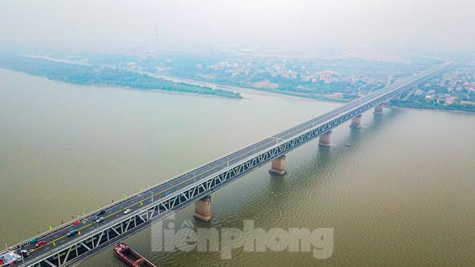 Hàng đoàn ô tô nối đuôi nhau lên cầu Thăng Long trong ngày thông cầu - ảnh 1