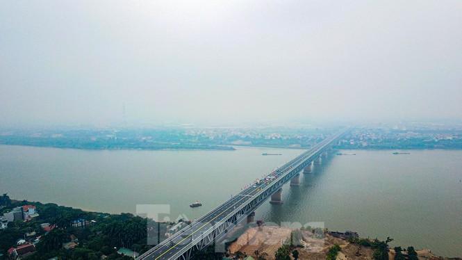 Hàng đoàn ô tô nối đuôi nhau lên cầu Thăng Long trong ngày thông cầu - ảnh 10