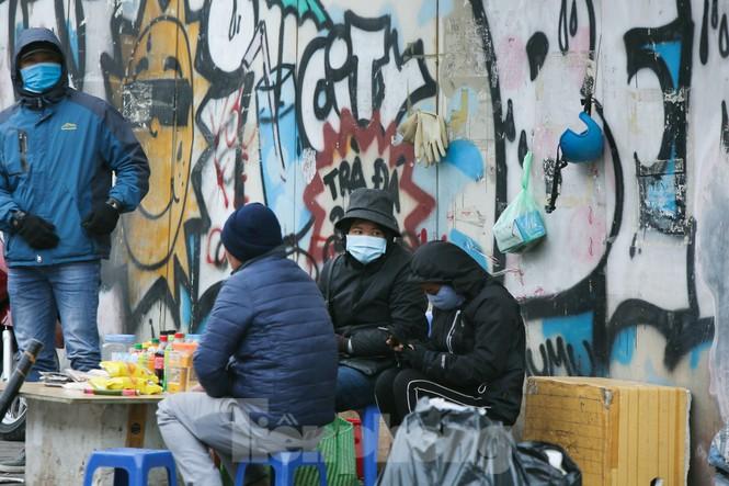 Cuộc sống đảo lộn của người lao động Thủ đô trong ngày lạnh nhất từ đầu mùa - ảnh 9
