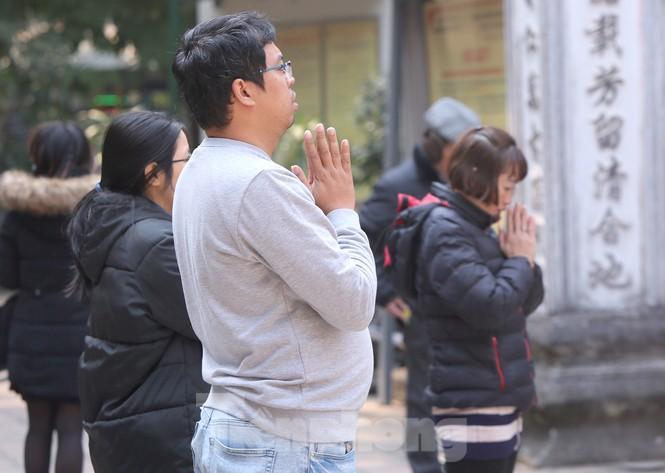 Nhiều người Hà Nội tranh thủ nghỉ trưa đi lễ 'Tứ trấn' ngày mùng 1 cuối cùng của năm - ảnh 13