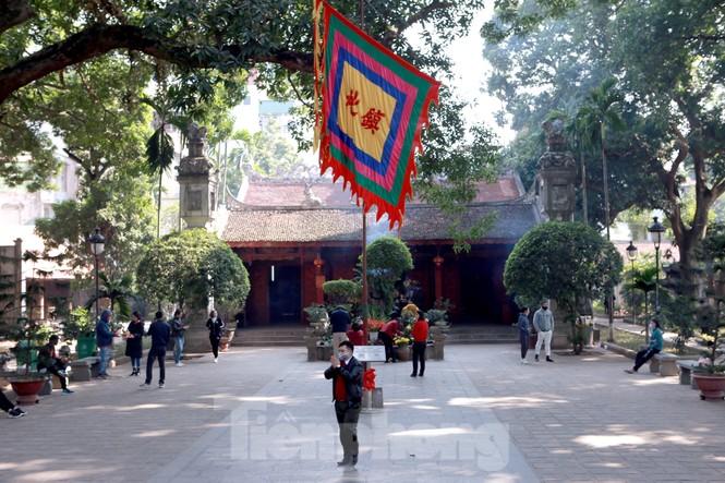 Nhiều người Hà Nội tranh thủ nghỉ trưa đi lễ 'Tứ trấn' ngày mùng 1 cuối cùng của năm - ảnh 6