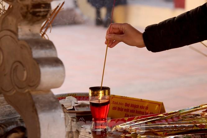 Nhiều người Hà Nội tranh thủ nghỉ trưa đi lễ 'Tứ trấn' ngày mùng 1 cuối cùng của năm - ảnh 12