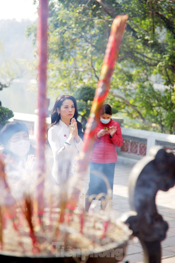 Nhiều người Hà Nội tranh thủ nghỉ trưa đi lễ 'Tứ trấn' ngày mùng 1 cuối cùng của năm - ảnh 4
