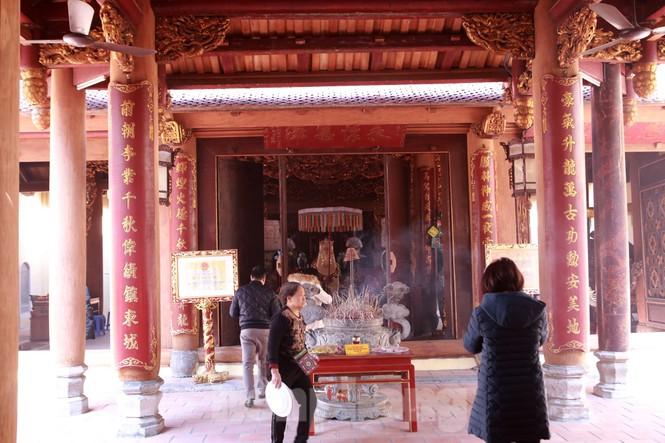Nhiều người Hà Nội tranh thủ nghỉ trưa đi lễ 'Tứ trấn' ngày mùng 1 cuối cùng của năm - ảnh 11