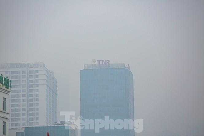 Hà Nội mờ ảo trong màn sương dầy đặc từ sáng đến chiều - ảnh 9