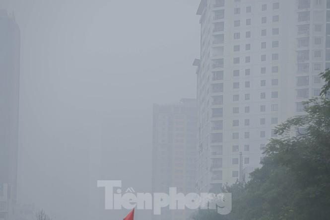 Hà Nội mờ ảo trong màn sương dầy đặc từ sáng đến chiều - ảnh 13