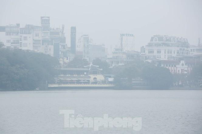 Hà Nội mờ ảo trong màn sương dầy đặc từ sáng đến chiều - ảnh 7
