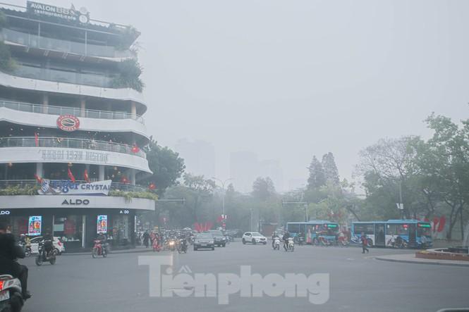 Hà Nội mờ ảo trong màn sương dầy đặc từ sáng đến chiều - ảnh 12