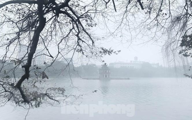 Hà Nội mờ ảo trong màn sương dầy đặc từ sáng đến chiều - ảnh 3
