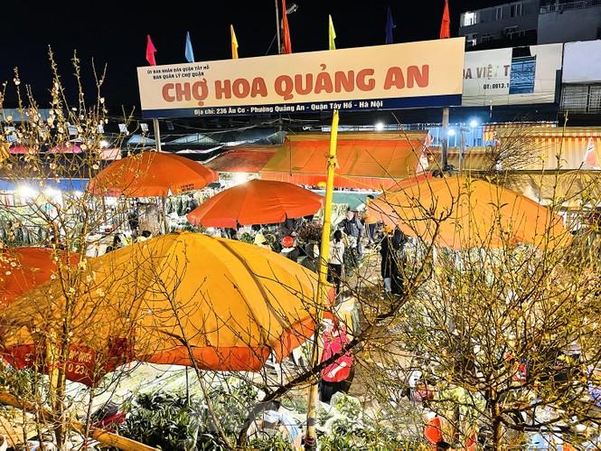Nhộn nhịp chợ hoa đêm Quảng Bá ngày 30 Tết - ảnh 13
