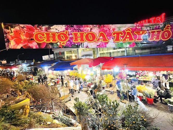 Nhộn nhịp chợ hoa đêm Quảng Bá ngày 30 Tết - ảnh 1