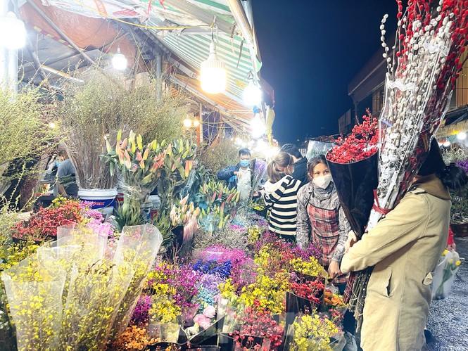 Nhộn nhịp chợ hoa đêm Quảng Bá ngày 30 Tết - ảnh 7