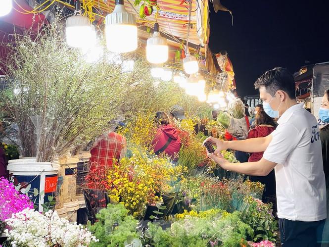 Nhộn nhịp chợ hoa đêm Quảng Bá ngày 30 Tết - ảnh 8