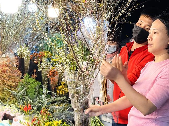 Nhộn nhịp chợ hoa đêm Quảng Bá ngày 30 Tết - ảnh 9