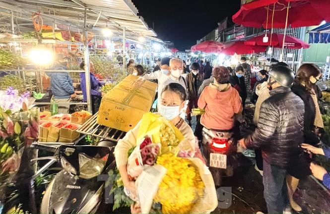 Nhộn nhịp chợ hoa đêm Quảng Bá ngày 30 Tết - ảnh 10