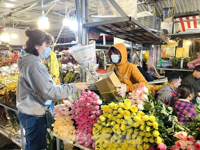 Nhộn nhịp chợ hoa đêm Quảng Bá ngày 30 Tết - ảnh 12
