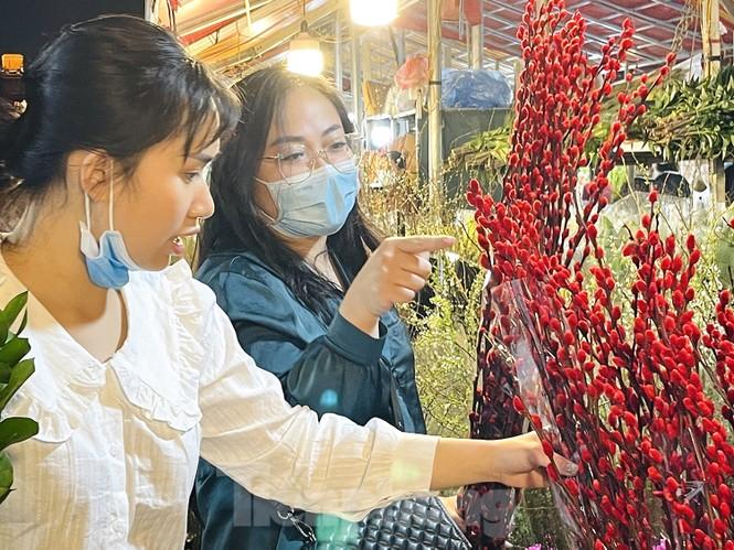 Nhộn nhịp chợ hoa đêm Quảng Bá ngày 30 Tết - ảnh 3
